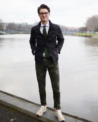 Wie kombinieren: schwarze Feldjacke, weißes Businesshemd, dunkelgrüne Camouflage Chinohose, hellbeige niedrige Sneakers