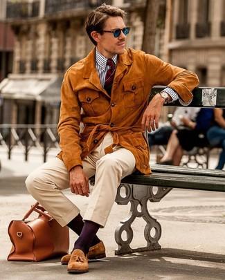 Weißes und dunkelblaues vertikal gestreiftes Businesshemd kombinieren: trends 2020: Perfektionieren Sie den modischen Freizeitlook mit einem weißen und dunkelblauen vertikal gestreiften Businesshemd und einer hellbeige Chinohose. Wählen Sie rotbraunen Wildleder Slipper mit Quasten, um Ihr Modebewusstsein zu zeigen.