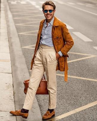 Weißes und dunkelblaues vertikal gestreiftes Businesshemd kombinieren: trends 2020: Tragen Sie ein weißes und dunkelblaues vertikal gestreiftes Businesshemd und eine hellbeige Chinohose, um einen eleganten, aber nicht zu festlichen Look zu kreieren. Putzen Sie Ihr Outfit mit rotbraunen Wildleder Slippern mit Quasten.