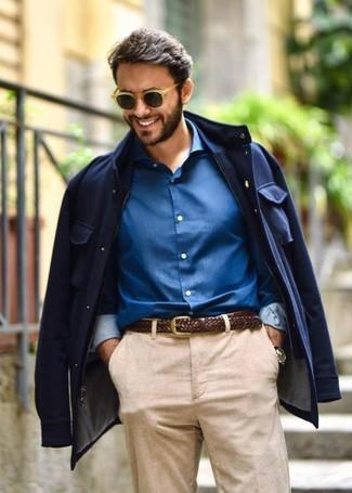 Wie kombinieren: dunkelblaue Feldjacke, blaues Businesshemd, dunkelbrauner geflochtener Ledergürtel, beige Sonnenbrille
