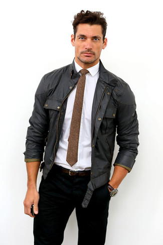 David Gandy trägt Schwarze Feldjacke, Weißes Businesshemd, Schwarze Jeans, Braune Wollkrawatte