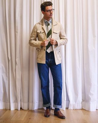 Wie kombinieren: hellbeige Leinen Feldjacke, weißes und blaues vertikal gestreiftes Businesshemd, blaue Jeans, braune Leder Slipper