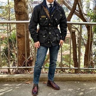 Dunkelrote Chukka-Stiefel aus Leder kombinieren – 47 Herren Outfits: Tragen Sie eine schwarze Feldjacke und blauen Jeans für ein sonntägliches Mittagessen mit Freunden. Dunkelrote Chukka-Stiefel aus Leder fügen sich nahtlos in einer Vielzahl von Outfits ein.