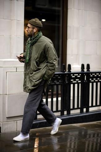 Grünen bedruckten Schal kombinieren: trends 2020: Für ein bequemes Couch-Outfit, erwägen Sie das Tragen von einer olivgrünen Feldjacke und einem grünen bedruckten Schal. Wählen Sie weißen Segeltuch niedrige Sneakers, um Ihr Modebewusstsein zu zeigen.