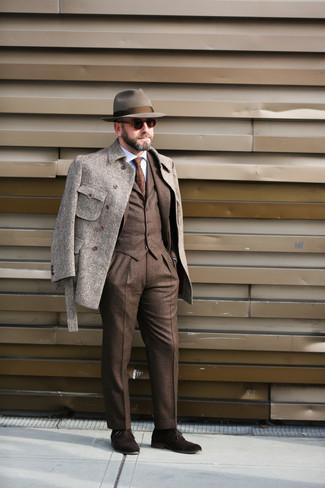 Dunkelbraune Wildleder Oxford Schuhe kombinieren – 275 Herren Outfits: Kombinieren Sie eine graue Wollfeldjacke mit einem braunen Dreiteiler mit Schottenmuster, um vor Klasse und Perfektion zu strotzen. Fühlen Sie sich ideenreich? Vervollständigen Sie Ihr Outfit mit dunkelbraunen Wildleder Oxford Schuhen.