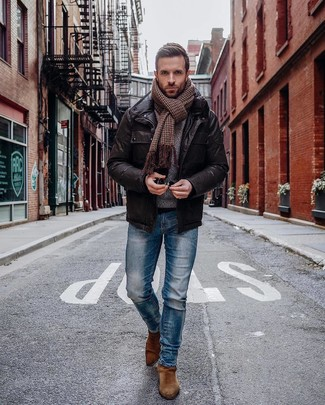 Wie kombinieren: dunkelbraune Feldjacke aus Leder, blaue enge Jeans, braune Chelsea-Stiefel aus Wildleder, brauner Schal mit Hahnentritt-Muster