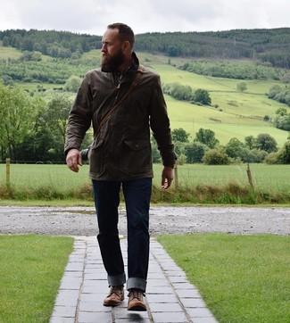 Wie kombinieren: dunkelbraune Feldjacke, braunes Langarmhemd mit Schottenmuster, dunkelblaue Jeans, braune Lederfreizeitstiefel