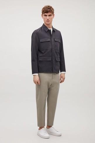 Herren Outfits 2020: Erwägen Sie das Tragen von einem weißen Langarmshirt für einen entspannten Wochenend-Look.