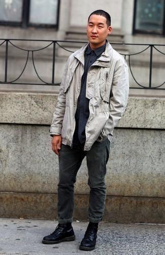Schwarze Lederfreizeitstiefel kombinieren – 500+ Herren Outfits: Kombinieren Sie eine graue Feldjacke mit dunkelgrauen Jeans für ein bequemes Outfit, das außerdem gut zusammen passt. Fühlen Sie sich ideenreich? Vervollständigen Sie Ihr Outfit mit einer schwarzen Lederfreizeitstiefeln.
