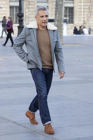 Wie kombinieren: graue Wollfeldjacke, brauner Pullover mit einem Rundhalsausschnitt, dunkelblaue Jeans, braune Wildleder Derby Schuhe