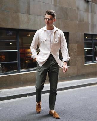 Wie kombinieren: hellbeige Leinen Feldjacke, weißes T-Shirt mit einem Rundhalsausschnitt, dunkelgrüne Chinohose, rotbraune Wildleder Slipper