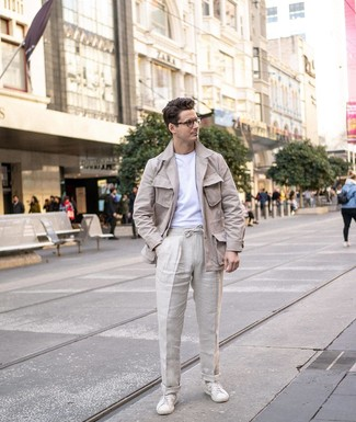 Wie kombinieren: hellbeige Leinen Feldjacke, weißes T-Shirt mit einem Rundhalsausschnitt, hellbeige Leinen Chinohose, weiße Leder niedrige Sneakers