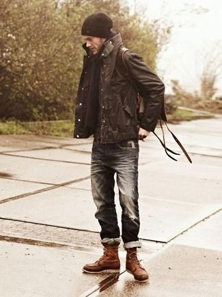 Wie kombinieren: dunkelbraune Feldjacke, dunkelblaue Jeans mit Destroyed-Effekten, braune Lederfreizeitstiefel, dunkelbrauner Leder Rucksack