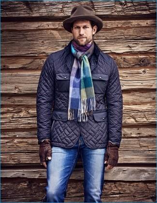 Wie kombinieren: dunkelblaue gesteppte Feldjacke, blaue Jeans, brauner Wollhut, mehrfarbiger Schal mit Schottenmuster