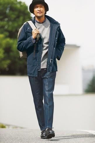 Herren Outfits & Modetrends 2020: Kombinieren Sie eine dunkelblaue Feldjacke mit einer dunkelblauen Chinohose für ein Alltagsoutfit, das Charakter und Persönlichkeit ausstrahlt. Ergänzen Sie Ihr Look mit schwarzen Chukka-Stiefeln aus Leder.