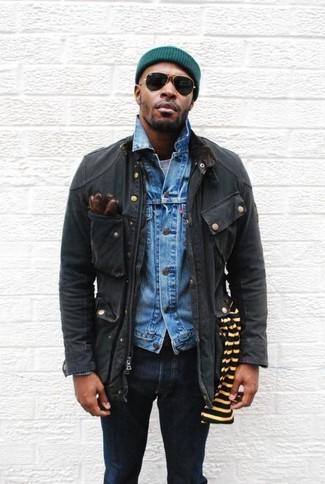 Wie kombinieren: schwarze Feldjacke, blaue Jeansjacke, graues T-Shirt mit einem Rundhalsausschnitt, dunkelblaue enge Jeans