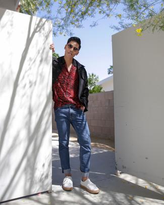 Wie kombinieren: schwarze Feldjacke, rotes Kurzarmhemd mit Leopardenmuster, blaue Jeans, weiße Leder niedrige Sneakers