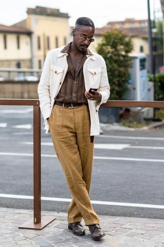 Braune Leder Derby Schuhe kombinieren: trends 2020: Paaren Sie eine weiße Feldjacke mit einer beige Leinen Anzughose, um vor Klasse und Perfektion zu strotzen. Dieses Outfit passt hervorragend zusammen mit braunen Leder Derby Schuhen.