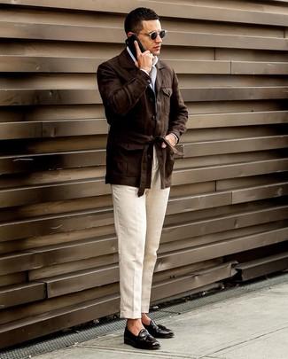 Wie kombinieren: dunkelbraune Leinen Feldjacke, weißes Langarmhemd, hellbeige Leinen Anzughose, schwarze Leder Slipper mit Quasten