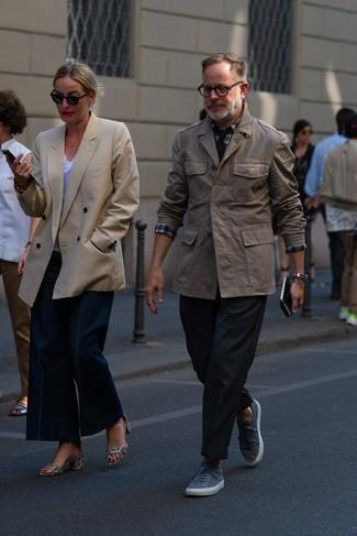 Wie kombinieren: braune Feldjacke, weißes und rotes und dunkelblaues Langarmhemd mit Schottenmuster, schwarze Chinohose, graue niedrige Sneakers