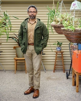 Braune Leder Brogues kombinieren – 403 Herren Outfits: Paaren Sie eine olivgrüne Feldjacke mit einer hellbeige Chinohose, um mühelos alles zu meistern, was auch immer der Tag bringen mag. Fühlen Sie sich mutig? Entscheiden Sie sich für braunen Leder Brogues.