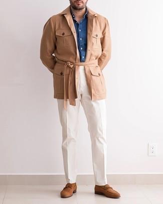 Dunkelblaues Chambray Langarmhemd kombinieren – 500+ Herren Outfits: Erwägen Sie das Tragen von einem dunkelblauen Chambray Langarmhemd und einer weißen Chinohose für ein sonntägliches Mittagessen mit Freunden. Fügen Sie braunen Wildleder Slipper für ein unmittelbares Style-Upgrade zu Ihrem Look hinzu.