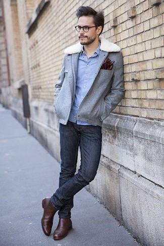 Wie kombinieren: graue Wollfeldjacke, hellblaues Chambray Langarmhemd, schwarze enge Jeans, braune Chelsea-Stiefel aus Leder