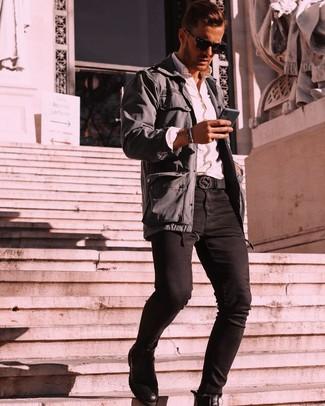 Wie kombinieren: dunkelgraue Feldjacke, weißes Langarmhemd, schwarze enge Jeans, schwarze Chelsea-Stiefel aus Leder