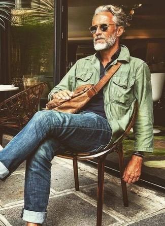 Wie kombinieren: olivgrüne Feldjacke, dunkelblaues Langarmhemd, blaue Jeans, braune Leder Umhängetasche