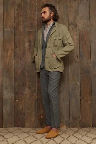 Grauen Wollanzug kombinieren – 336 Herren Outfits: Paaren Sie einen grauen Wollanzug mit einer olivgrünen Leinen Feldjacke, um vor Klasse und Perfektion zu strotzen. Rotbraune Wildleder Slipper fügen sich nahtlos in einer Vielzahl von Outfits ein.