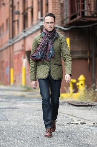 Wie kombinieren: olivgrüne gesteppte Feldjacke, dunkelblaue Jeans, braune Leder Derby Schuhe, dunkelroter bedruckter Schal