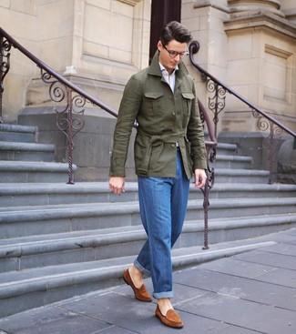Wie kombinieren: olivgrüne Leinen Feldjacke, weißes Langarmhemd, blaue Jeans, rotbraune Wildleder Slipper