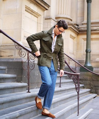 Wie kombinieren: olivgrüne Leinen Feldjacke, weißes Polohemd, blaue Jeans, rotbraune Wildleder Slipper