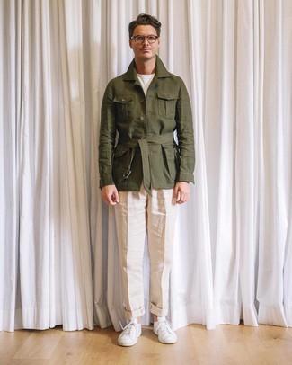 Wie kombinieren: olivgrüne Leinen Feldjacke, weißes T-Shirt mit einem Rundhalsausschnitt, hellbeige Leinen Anzughose, weiße niedrige Sneakers
