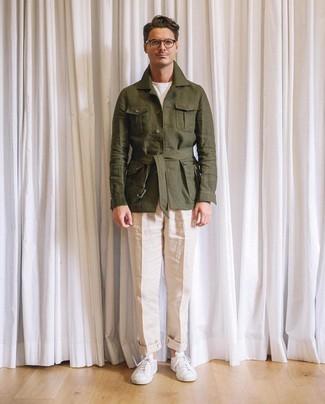 Wie kombinieren: olivgrüne Leinen Feldjacke, weißes T-Shirt mit einem Rundhalsausschnitt, hellbeige Leinen Chinohose, weiße Leder niedrige Sneakers