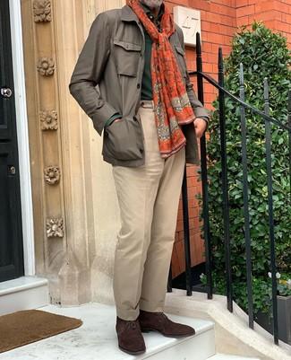 Wie kombinieren: braune Feldjacke, dunkelgrüner Polo Pullover, beige Anzughose, dunkelbraune Chukka-Stiefel aus Wildleder