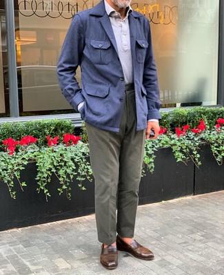 Wie kombinieren: dunkelblaue Leinen Feldjacke, graues Polohemd, olivgrüne Chinohose, braune Leder Slipper