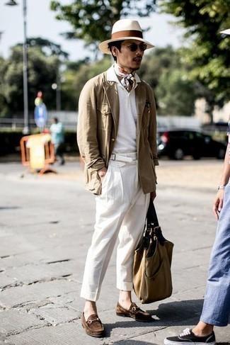 Weißes Polohemd kombinieren – 419 Herren Outfits: Entscheiden Sie sich für ein weißes Polohemd und eine weiße Chinohose für ein großartiges Wochenend-Outfit. Fühlen Sie sich ideenreich? Komplettieren Sie Ihr Outfit mit braunen Wildleder Slippern.