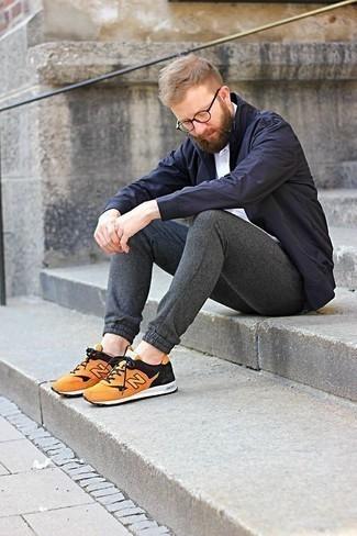 Dunkelgraue Jogginghose kombinieren: trends 2020: Kombinieren Sie eine dunkelblaue Feldjacke mit einer dunkelgrauen Jogginghose für ein sonntägliches Mittagessen mit Freunden. Wenn Sie nicht durch und durch formal auftreten möchten, wählen Sie orange Sportschuhe.