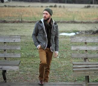 Dunkelrote Lederfreizeitstiefel kombinieren – 158 Herren Outfits: Entscheiden Sie sich für eine graue Feldjacke und eine braune Chinohose für einen bequemen Alltags-Look. Fühlen Sie sich mutig? Vervollständigen Sie Ihr Outfit mit einer dunkelroten Lederfreizeitstiefeln.