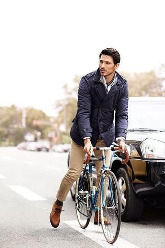 Wie kombinieren: dunkelblaue Feldjacke, grauer Pullover mit einem Reißverschluss am Kragen, weißes Businesshemd, beige Chinohose