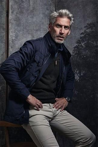 Graue Chinohose kombinieren: trends 2020: Tragen Sie eine dunkelblaue Feldjacke und eine graue Chinohose, um einen lockeren, aber dennoch stylischen Look zu erhalten.