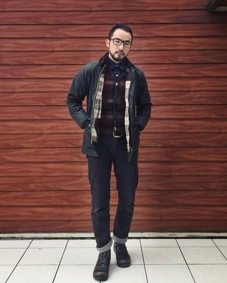 Wie kombinieren: schwarze Feldjacke, dunkelroter Pullover mit einem Reißverschluß mit Karomuster, dunkelblaues Jeanshemd, schwarze Jeans
