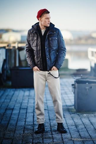 Wie kombinieren: dunkelblaue Feldjacke, dunkelblauer Pullover mit einem Reißverschluß, weißes T-Shirt mit einem Rundhalsausschnitt, hellbeige Jeans