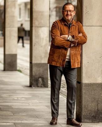 Wie kombinieren: rotbraune Feldjacke aus Wildleder, hellbeige Pullover mit einem Rundhalsausschnitt, dunkelgraue vertikal gestreifte Anzughose, braune Leder Slipper