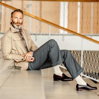 Wie kombinieren: hellbeige Feldjacke, grauer Pullover mit einem Rundhalsausschnitt, graue Anzughose, dunkelbraune Leder Slipper