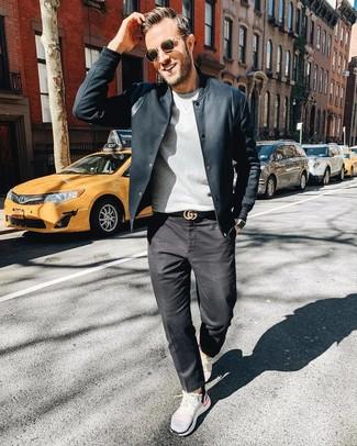 Weißes und schwarzes vertikal gestreiftes Businesshemd kombinieren: trends 2020: Kombinieren Sie ein weißes und schwarzes vertikal gestreiftes Businesshemd mit dunkelgrauen Jeans für einen für die Arbeit geeigneten Look. Fühlen Sie sich mutig? Entscheiden Sie sich für dunkelbraunen Leder Bootsschuhe.