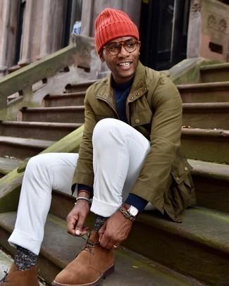 Dunkelblauen Pullover mit einem Rundhalsausschnitt kombinieren – 500+ Herren Outfits: Vereinigen Sie einen dunkelblauen Pullover mit einem Rundhalsausschnitt mit einer weißen Cord Chinohose, um mühelos alles zu meistern, was auch immer der Tag bringen mag. Dieses Outfit passt hervorragend zusammen mit braunen Chukka-Stiefeln aus Wildleder.