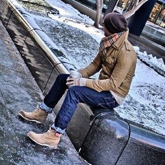 Wie kombinieren: braune Feldjacke aus Leder, grauer Pullover mit einem Rundhalsausschnitt, dunkelblaue Jeans, beige Brogue Stiefel aus Leder