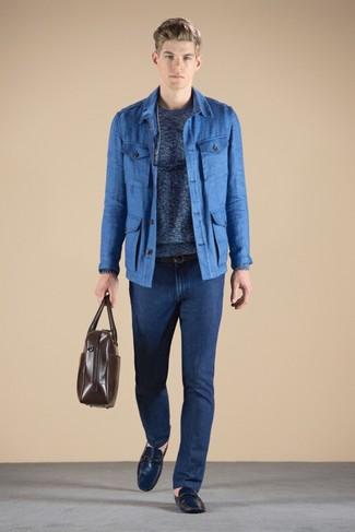 Wie kombinieren: blaue Feldjacke, blauer Pullover mit einem Rundhalsausschnitt, dunkelblaue Jeans, dunkelblaue Leder Mokassins